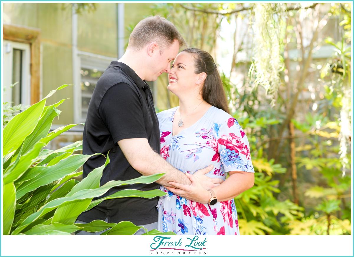 romantic couples photos in the garden