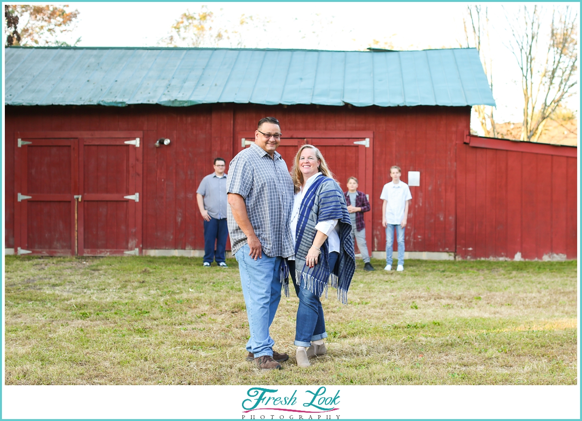 fun family photos with red barn