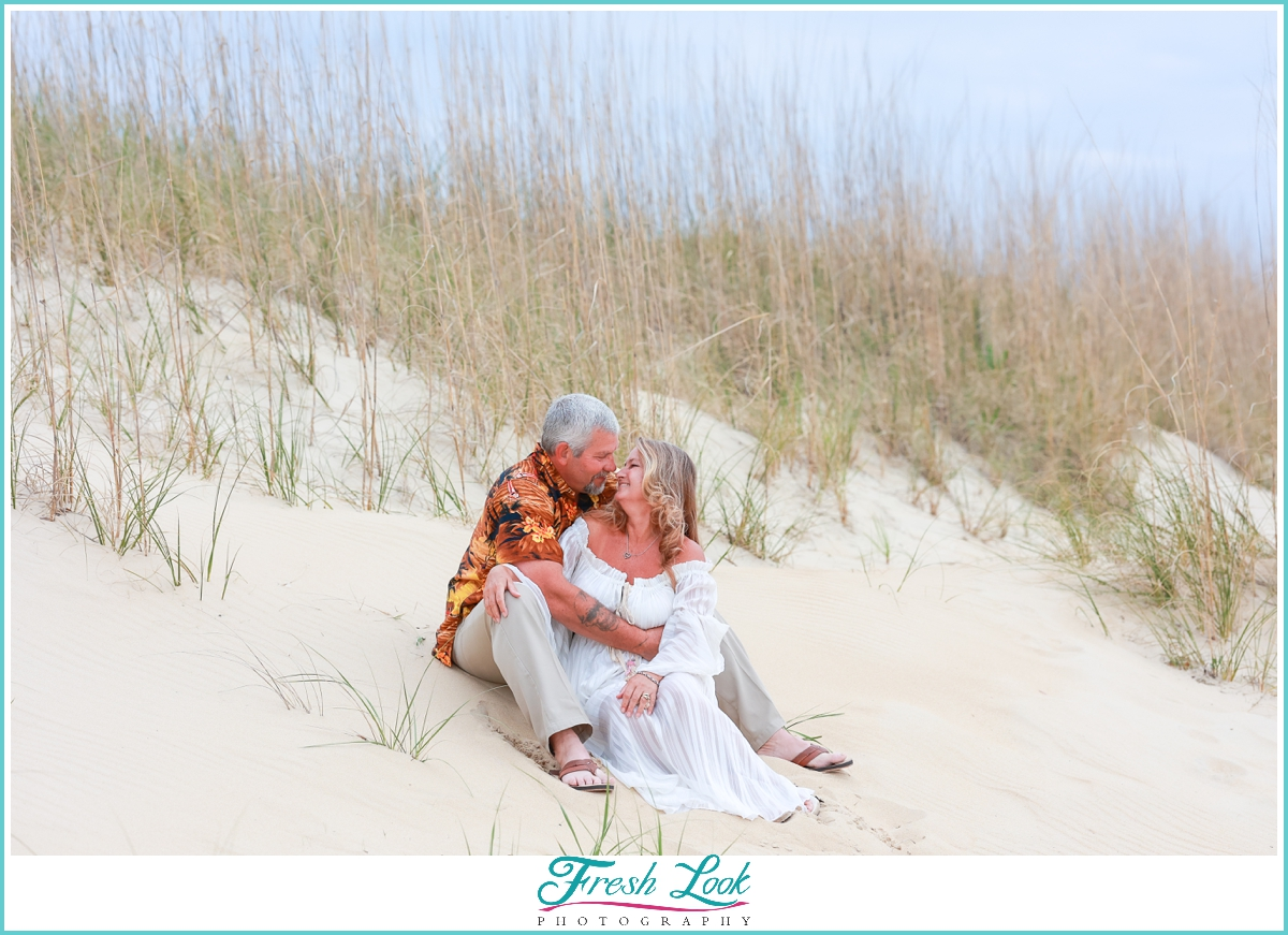 couples photos in the dunes and seagrass